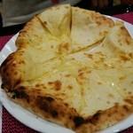 インド亭 - チーズナン♪ チーズたっぷりで単品で食べても美味しいです♡