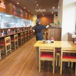 博多長浜ラーメン いってつ  - カウンター席とテーブル席があります。 テーブル間や通路がバリアフリー?って言う位広いです。