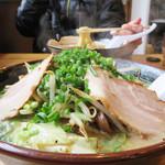 博多長浜ラーメン いってつ  - 野菜たっぷりチャンメン800円。 チャンポンとラーメンのハイブリッドだからチャンメン。 お店によっては、ラーチャンとかチャンラーとか言ったりしますね。
