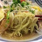 長崎らーめん 琴海 - 麺は細めの縮れ。