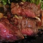 46215935 - 黒毛和牛を使用した肉厚なステーキ
