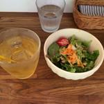 くまもり食堂 - セットのサラダ、アイスハーブティー