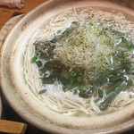Izakayashokudouizumiya - 特製煮麺、特別な鳥ベースの出汁が心地よくスルスルと胃に収まっていく。程よい塩加減が、何も特別な事をしていない、ただ愚直に出汁をとって塩で整えただけと、嫌味なく主張している。締めには欠かせない。