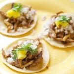 タコロコ - 一口食べた瞬間、心はメキシコの街角にあります。ここだけでしか食べられないタコス・アル・パストール。一個200円。