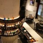 ゲルニカニシオ - 一際目を引く円柱には豊富なお酒を取り揃えてます♪