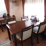 ベトコンラーメン新京 - テーブル席は2つ