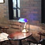 なかむら珈琲店 - おしゃれな壁と机