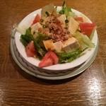 どんぐり - 豆腐サラダ(思った以上のボリューム、本当なら2~3人でシェアする量?)