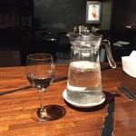 46239832 - お水はワイングラスでセルフサービス。よく水を飲みたいのでセルフは助かる。