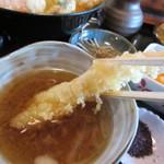 46252253 - 天ぷらは二本あった一本目の海老を先ず天つゆに浸してからいただいてみました。