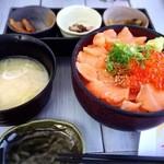 46258574 - サーモンいくら丼1850円。