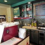 パナールコーヒー - 店内の厨房とカウンター