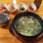 ソウル - 「コムタン」セット! 工夫された小皿料理にトキメキます。