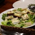 ビストロ クー ハナレ - アボガトと焼きカマンベールのサラダ