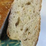 クリーブラッツ - 大麦、ライ麦、ひまわり等のたくさんの穀物の入った生地の中に香ばしいくるみを入れたこの店人気1-2位を争うパンです。