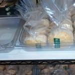 46273295 - 蒸しパン並んでいます。