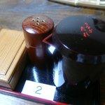 亀の池 浪速 - テーブルの鰻のタレ