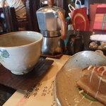 4628839 - ブレンドコーヒーと手作りな器に盛られた「アップルパイ」