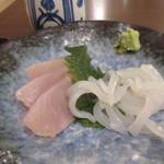 46281677 - 和定食のメインのおかずは2品、一品目は新鮮な刺身の2種盛り。
