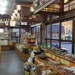 滝本屋本店 - 店内はかなり広い