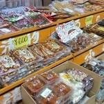 滝本屋本店 - お漬物なども幅広く売られています
