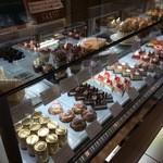 パティスリー アキト - ケーキの並ぶ保冷ショーケース