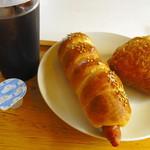 ピナコラーダ - 「しまうたロングソーセージ」と「サモサ風カレーパン」