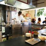 天ぷら定食 ながお - 揚げ場がある厨房を囲むように、長いカウンター席が設置され、       揚げたての天ぷらを頂ける老舗食堂。