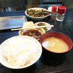 天ぷら定食 ながお - 揚げ場がある厨房を囲むL字型のカウンター席のみです。