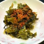 天ぷら定食 ながお - 自家製の辛子高菜が取り放題です。       油多めでしっとり、あまり辛くない辛子高菜炒めです。『追い一味』で辛さをプラス。