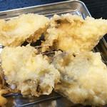 天ぷら定食 ながお - そして、牡蠣の天ぷら様が登場!       カキがデカい!              揚げ方が上手で、中がとってもジューシーです。