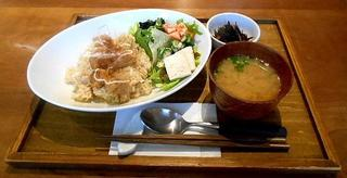 E's cafe - ランチ:大豆のから揚げ香味ネギだれごはん お味噌汁とデリ付