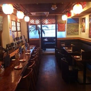 落ち着いた雰囲気の店内でおいしい沖縄料理を楽しむ