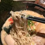 46311418 - 極細麺をチョイス  博多系より加水は多めでややウェーブがかかってます。