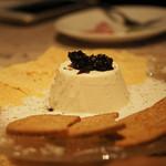 イル ボッリート - 赤牛パルミジャーノの白いプリン。ぶどう果汁を煮詰めたソースで。