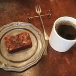 46313282 - ブレンド(DAUGHTER)とパウンドケーキ