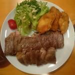 椿寮 - 群馬カトウ牛のロースステーキと岩手産カキフライ(特別仕様)
