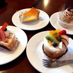 アンプチプ - ランチのケーキはショーケースから好きなものを選べます。