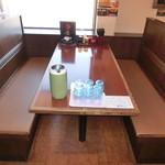ラーメン雷豚 - テーブル席・・・