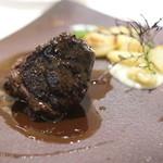 レ ジョイエ - 和牛ほほ肉、赤ワインソース、ニョッキ、ブチ玉葱添え