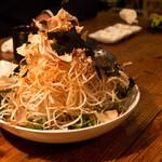 大衆焼肉 ぶんた - 大根サラダ、めっちゃ山盛り。