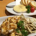 46321598 - クリームチーズの山葵味噌和え(手前)、カマンベールのオーブン焼き(奥)