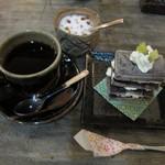 AKAI TORI - きんつばミルフィーユ風と復刻ブレンドコーヒー。一番奥はシュガーです