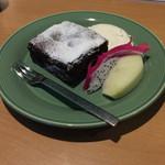 CAFE OPAL - ビターチョコレートナッツケーキです。甘さ控えめで美味しいです。生クリームが非常に濃厚でした。