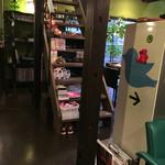 CAFE OPAL - カウンター席の向かいに階段があります。