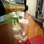 ブッフェレストラン「ブリッジ」 - シャンパンを注ぎます