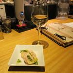 Bistro Teppan Jai faim - 本日のグラスワイン(トレッビアーノ伊)、お通し鶏モモの自家製ハム パセリソース