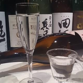 常時25〜30種類ほどの日本酒をご用意。