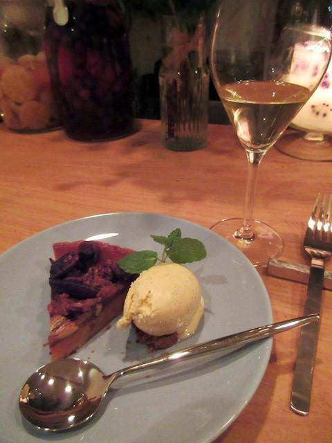 Lilou  - バナナ&ナッツのタルト&アイス、白ワイン