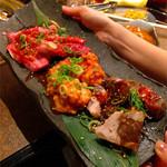 肉の入江 - 奥からカルビ、てっちゃん、牛スネ肉のホロホロ煮焼
